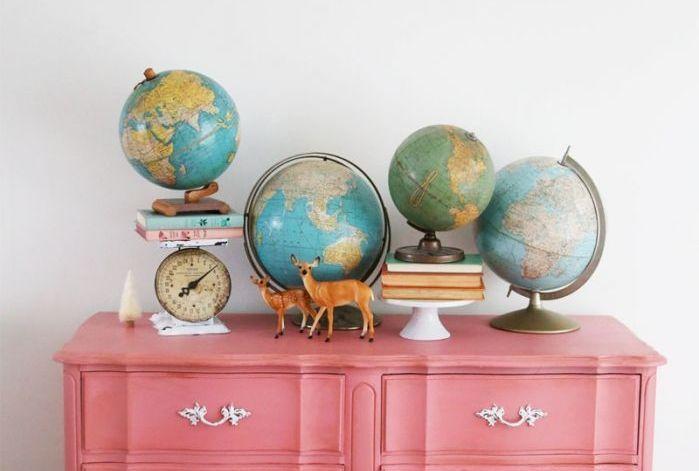 Вокруг света: как украсить квартиру глобусами и картами