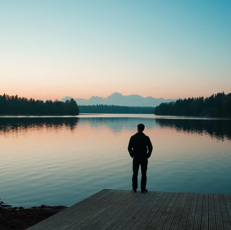 человек на озере закат