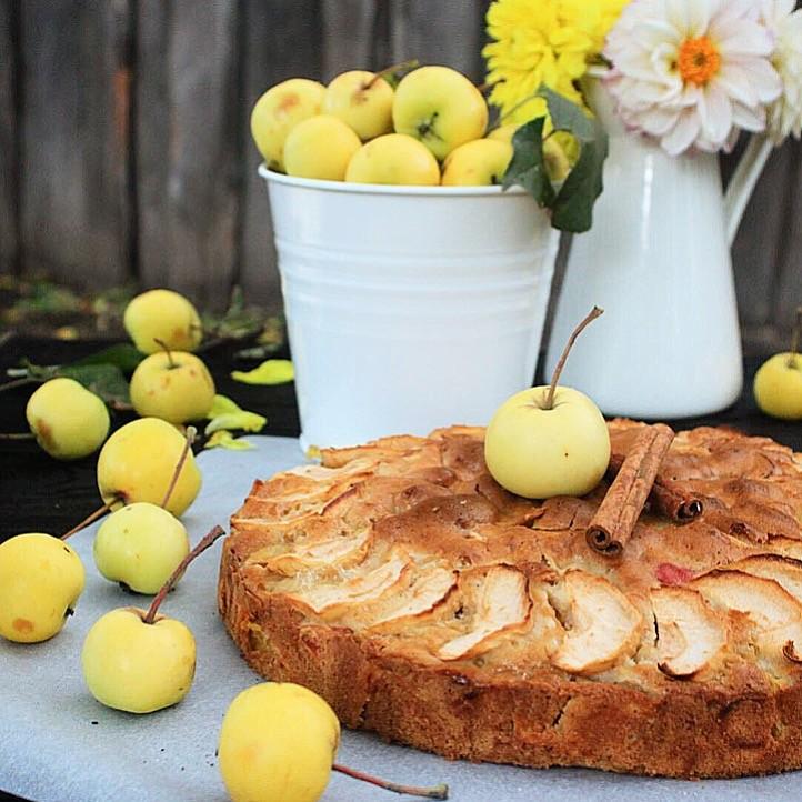 Шарлотка с лимоном и корицей