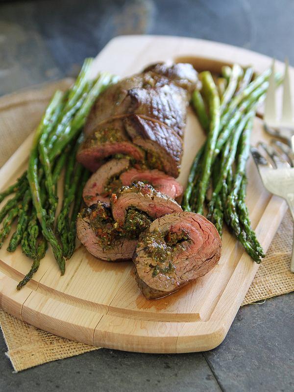 Запеченный мясной рулет с соусом песто