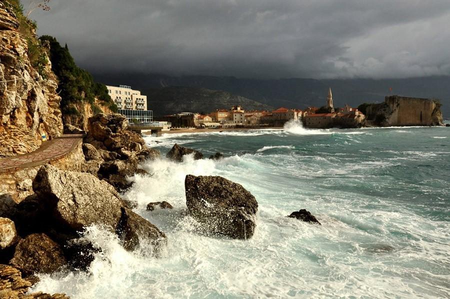 Будва Черногория зимой в шторм