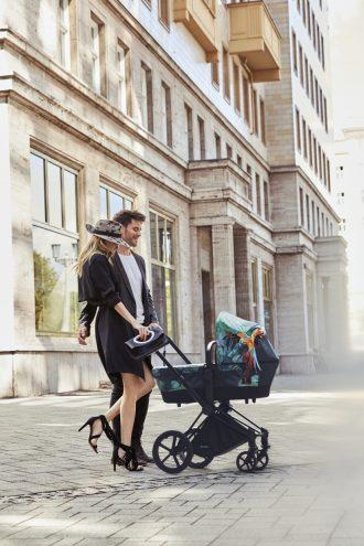 Звёздные мамы и самые модные в мире коляски от Джереми Скотта