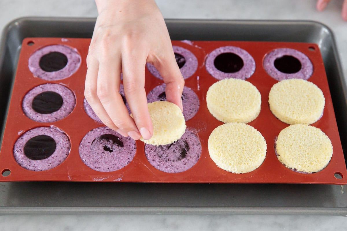 Мини-кейки в зеркальной глазури с муссом из голубики