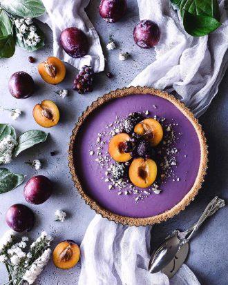 Осенний тарт с начинкой из сливы и голубики