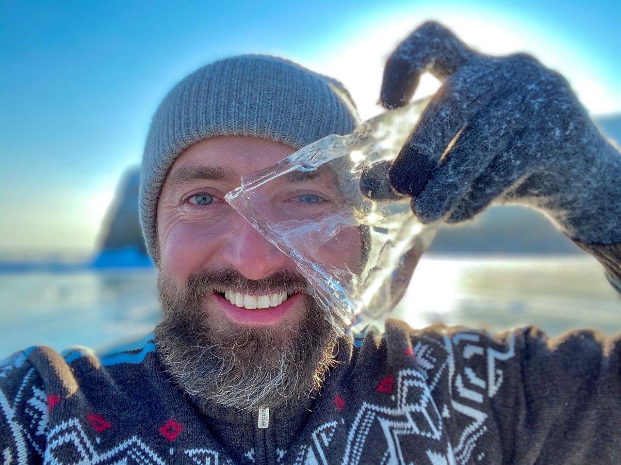 рюмка изо льда на Байкале